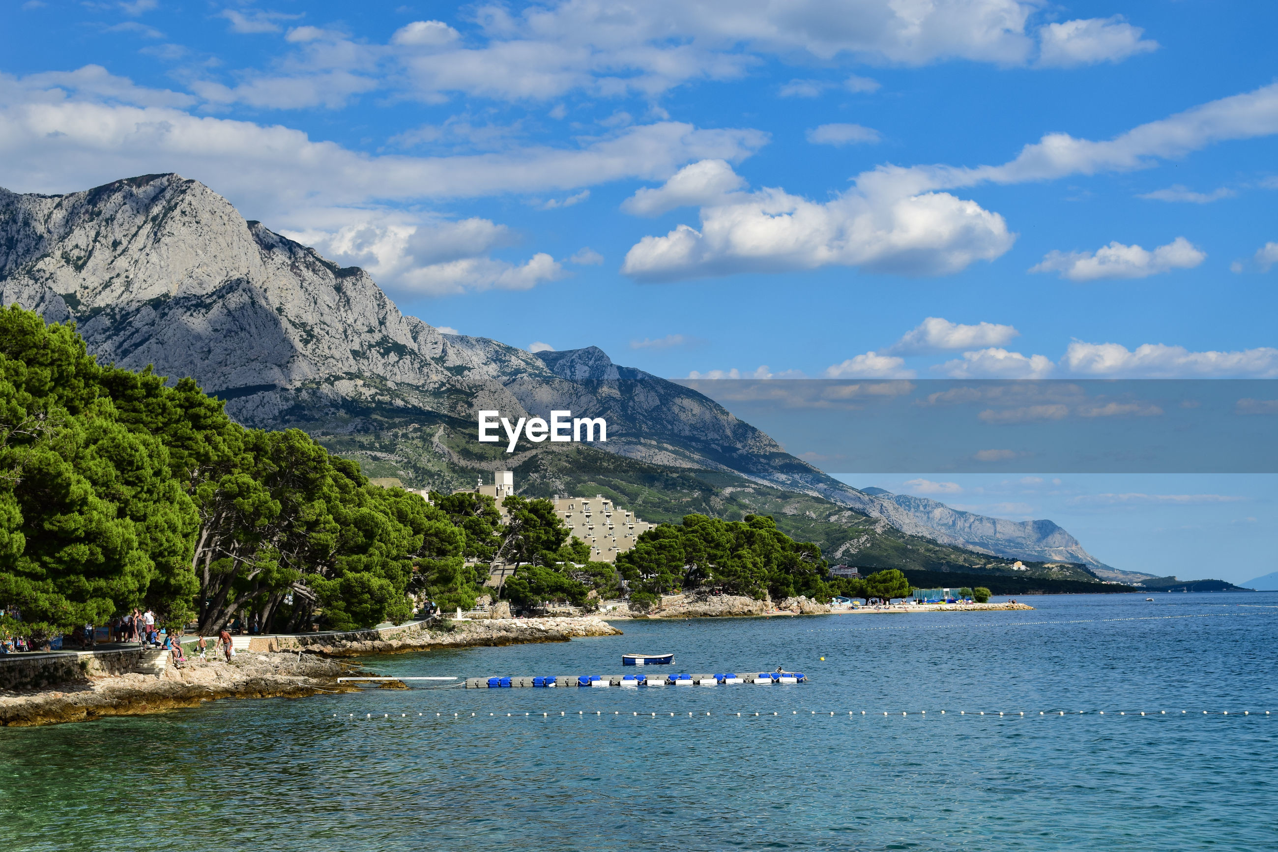 SCENIC VIEW OF MOUNTAINS BY SEA AGAINST SKY
