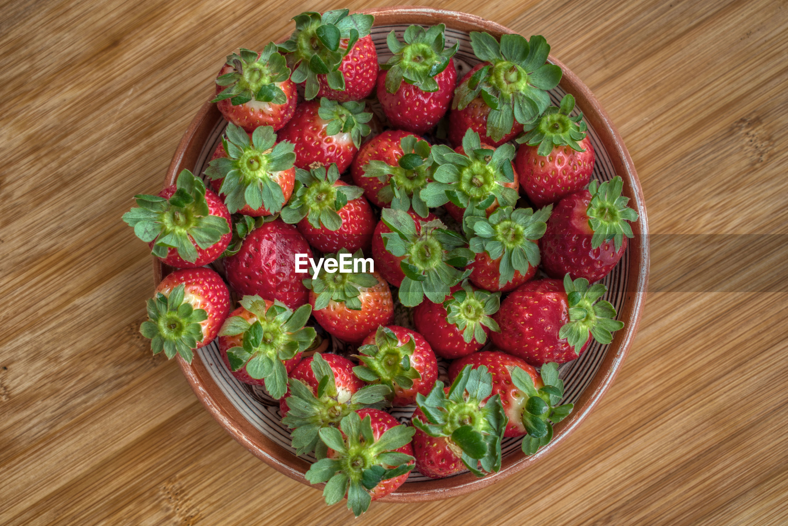 HIGH ANGLE VIEW OF STRAWBERRIES IN BOWL