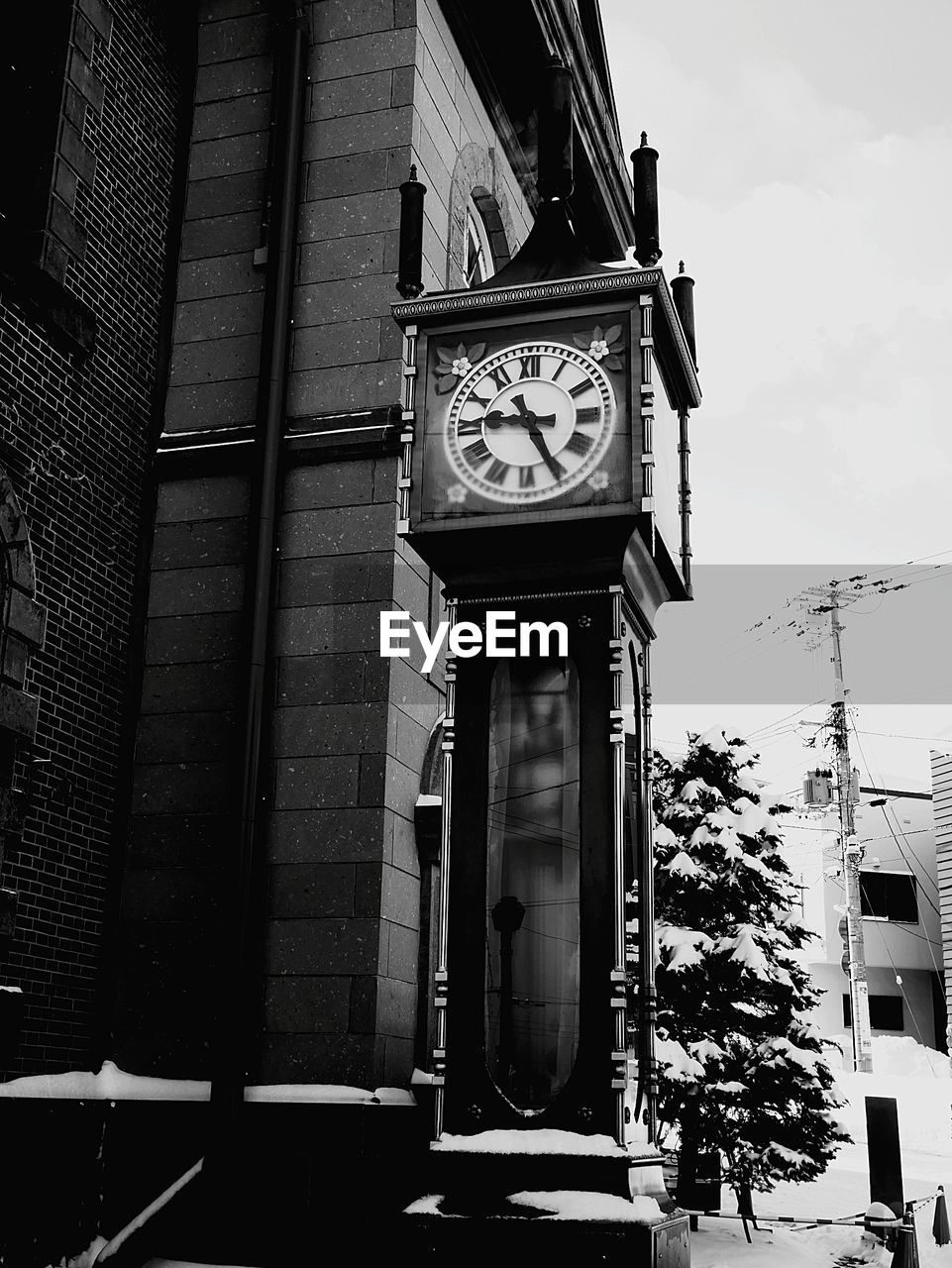 clock, time, building exterior, clock face, clock tower, built structure, architecture, low angle view, minute hand, roman numeral, day, outdoors, no people, hour hand, city, sky