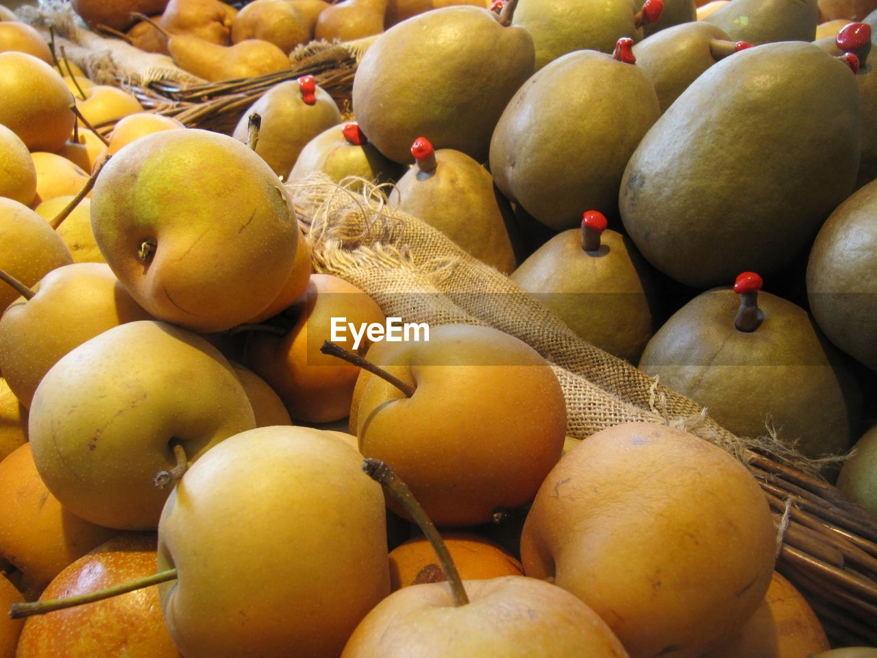 fruit, food and drink, food, healthy eating, abundance, large group of objects, freshness, no people, retail, for sale, day, full frame, apple - fruit, close-up, market, outdoors