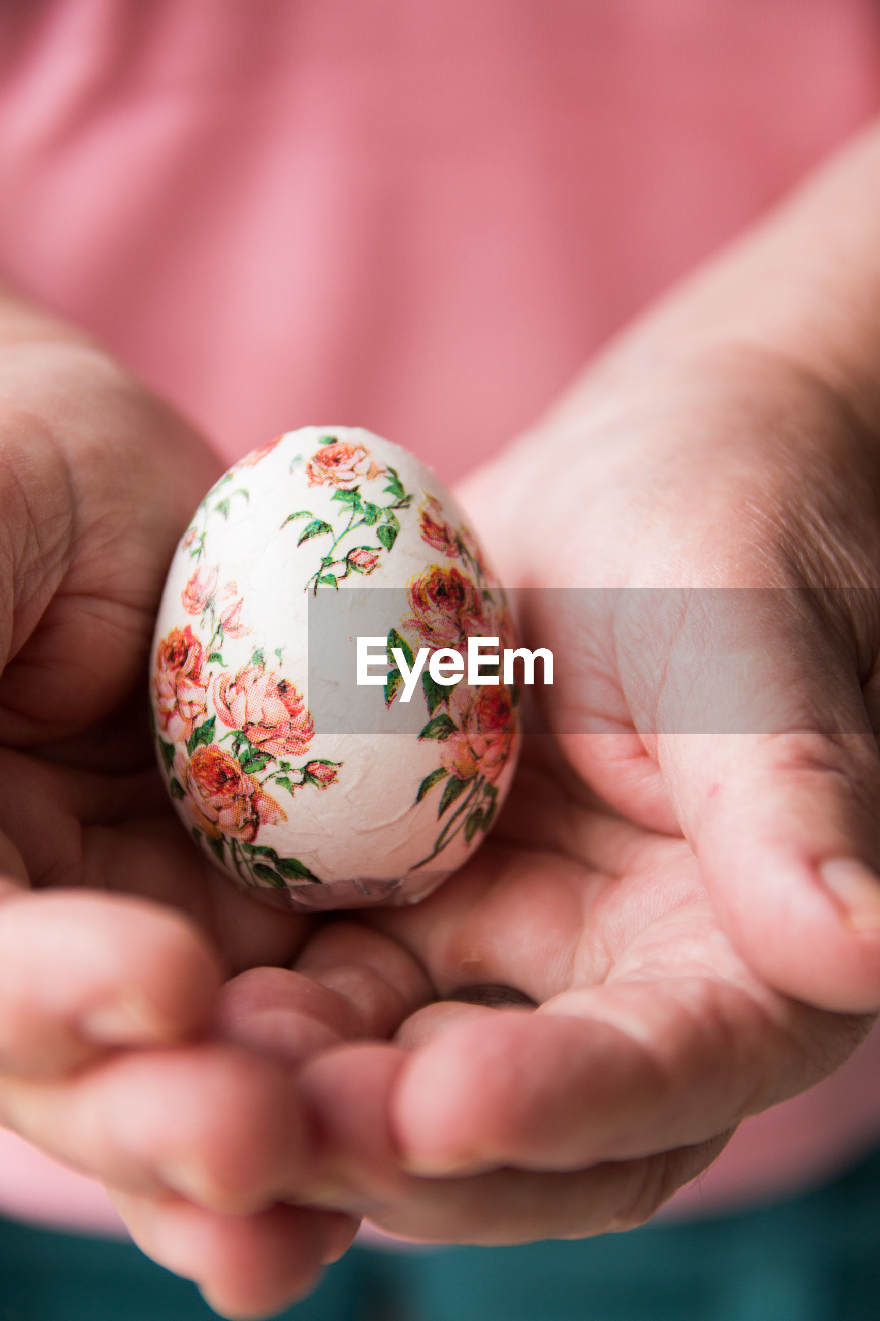 Close-up of woman hand holding easter egg