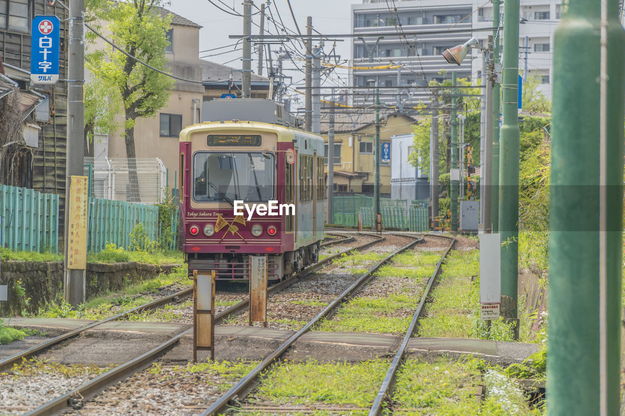 rail transportation, track, railroad track, mode of transportation, transportation, public transportation, train, train - vehicle, architecture, land vehicle, built structure, day, building exterior, travel, outdoors, motion, no people, nature, railroad station, cable car, railroad car, station