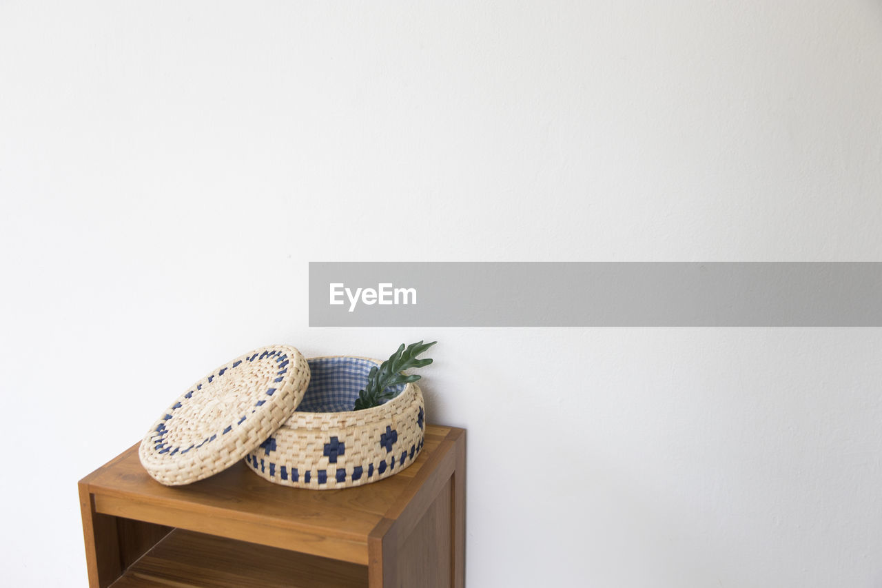 copy space, indoors, no people, white background, home interior, studio shot, close-up, day