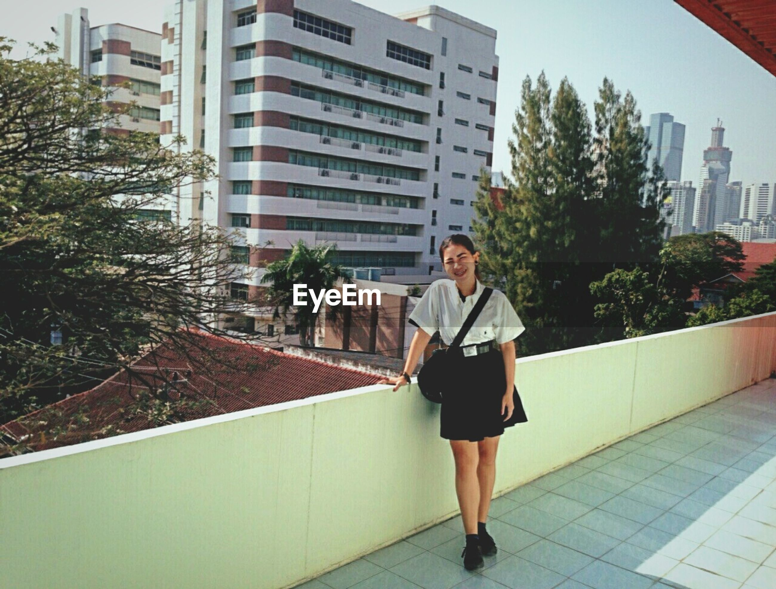 building exterior, architecture, full length, built structure, lifestyles, casual clothing, city, young adult, leisure activity, tree, walking, young women, rear view, standing, building, person, city life