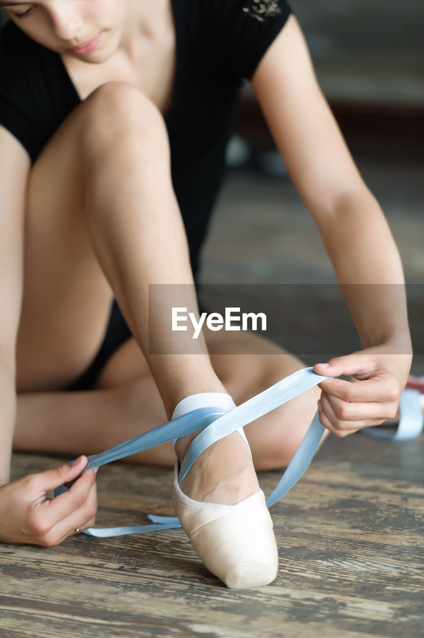 human body part, real people, women, ballet dancer, lifestyles, focus on foreground, ballet, human leg, body part, people, indoors, skill, dancing, adult, low section, dance studio, practicing, ballet shoe, human hand, hand, human foot
