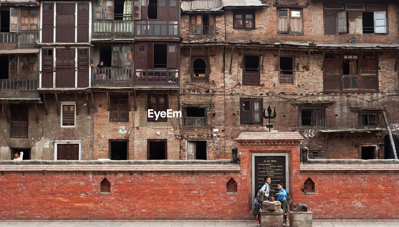 architecture, building exterior, built structure, window, outdoors, history, facade, day, city, real people