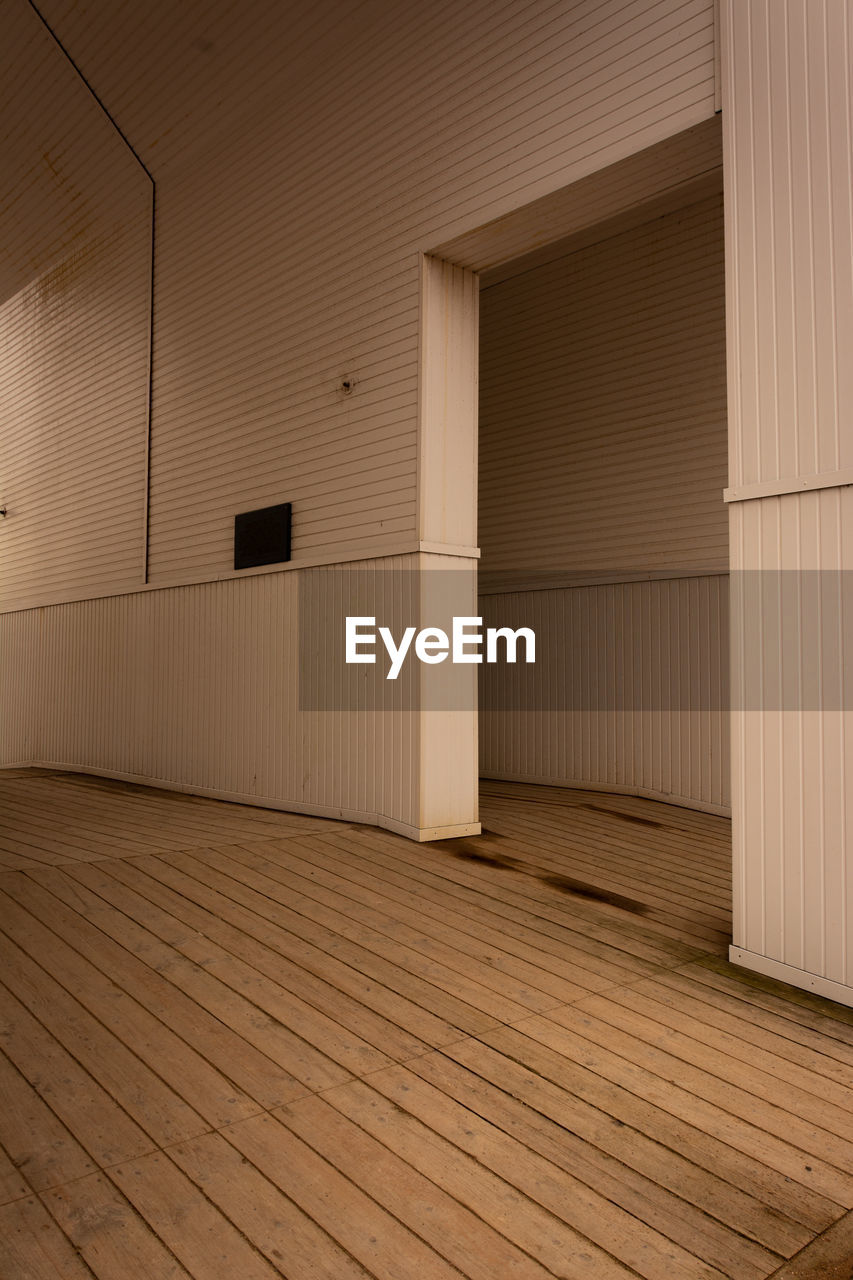 architecture, built structure, flooring, indoors, wood - material, empty, no people, domestic room, building, pattern, wood, day, hardwood floor, entrance, brown, ceiling, door, absence, wall - building feature, architectural column, garage