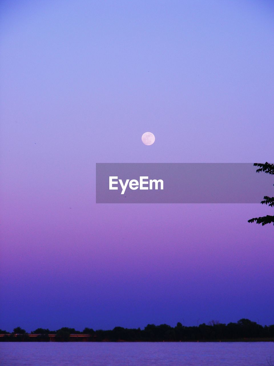 moon, nature, beauty in nature, scenics, tranquil scene, tranquility, clear sky, copy space, outdoors, no people, sky, half moon, blue, crescent, night, water, astronomy