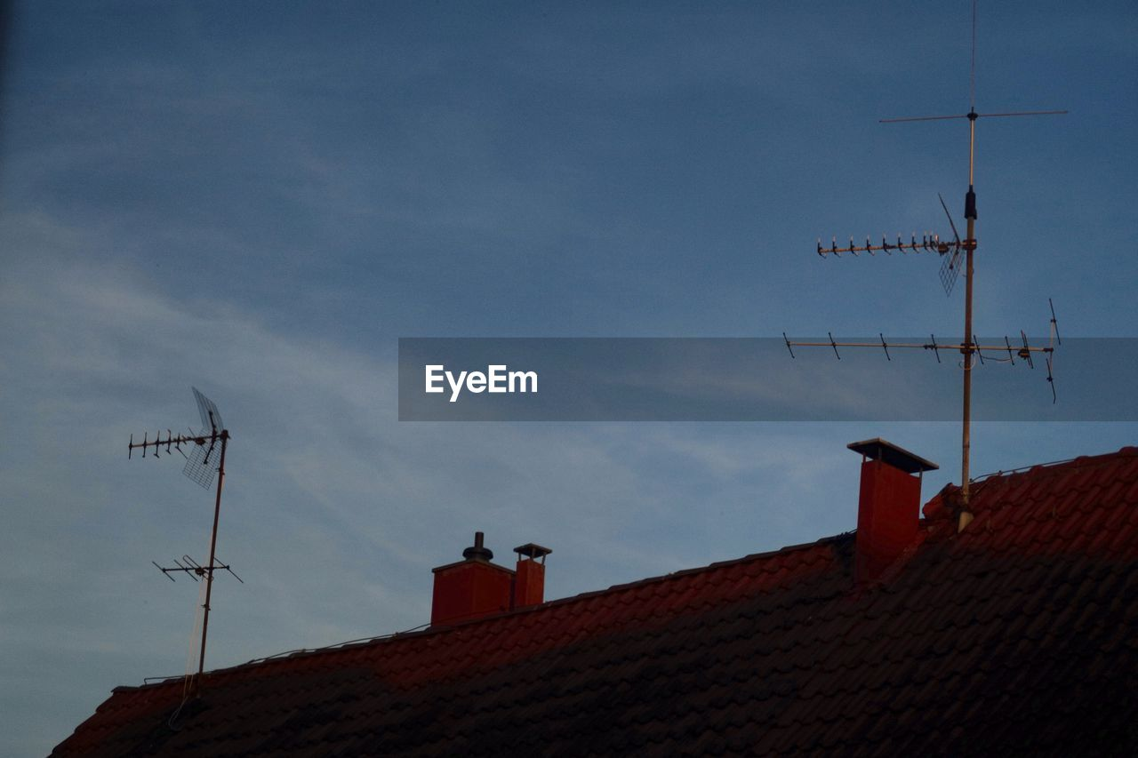 antenna - aerial, television aerial, communication, architecture, telecommunications equipment, technology, building exterior, roof, built structure, low angle view, wireless technology, sky, connection, outdoors, no people, house, cloud - sky, day, tiled roof