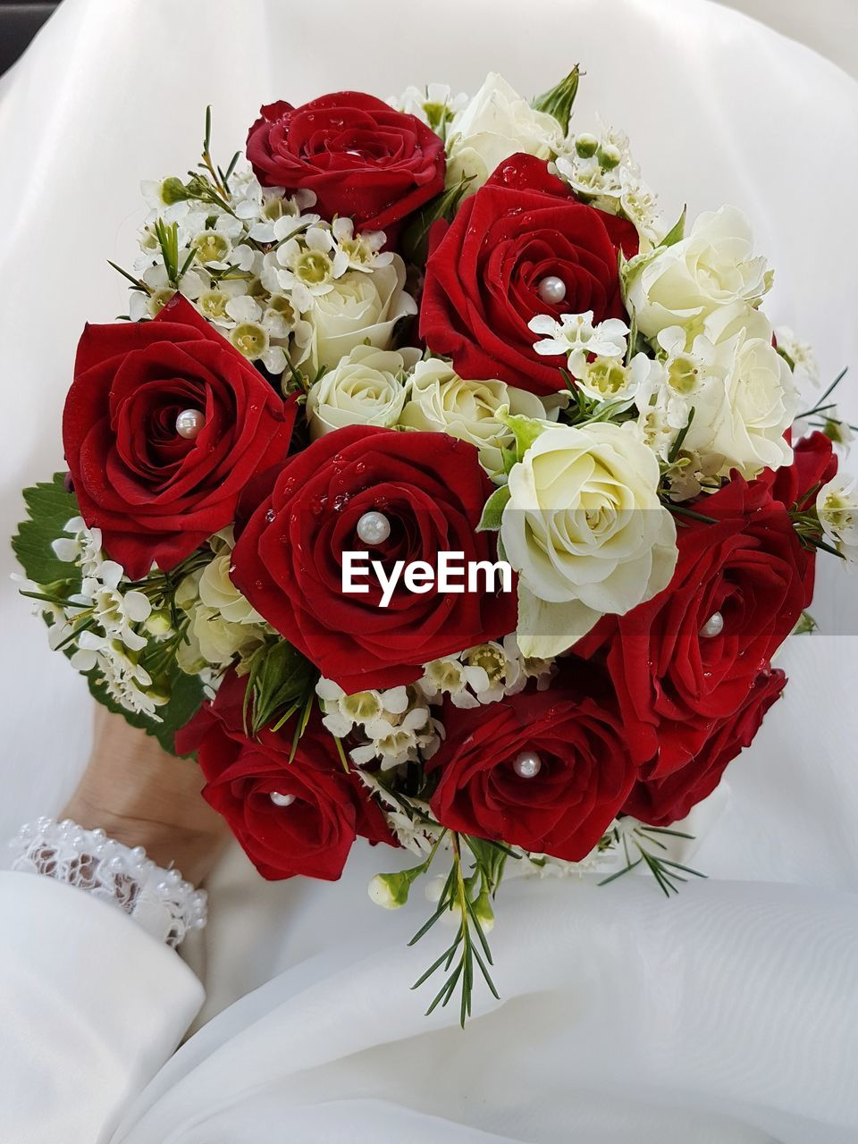 rose, rose - flower, flower arrangement, flower, plant, bouquet, flowering plant, freshness, flower head, beauty in nature, petal, vulnerability, indoors, fragility, red, close-up, high angle view, inflorescence, arrangement, nature, no people, bunch of flowers