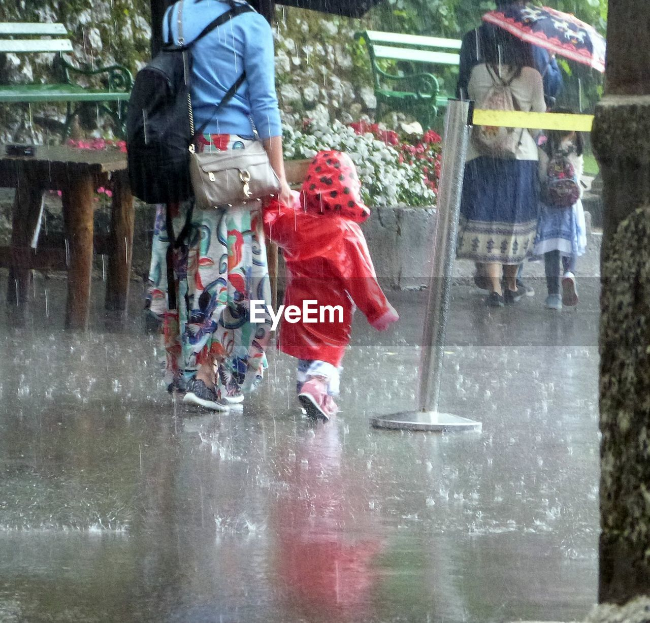 wet, real people, togetherness, childhood, leisure activity, day, low section, outdoors, lifestyles, boys, people, women, men, water, child, adult