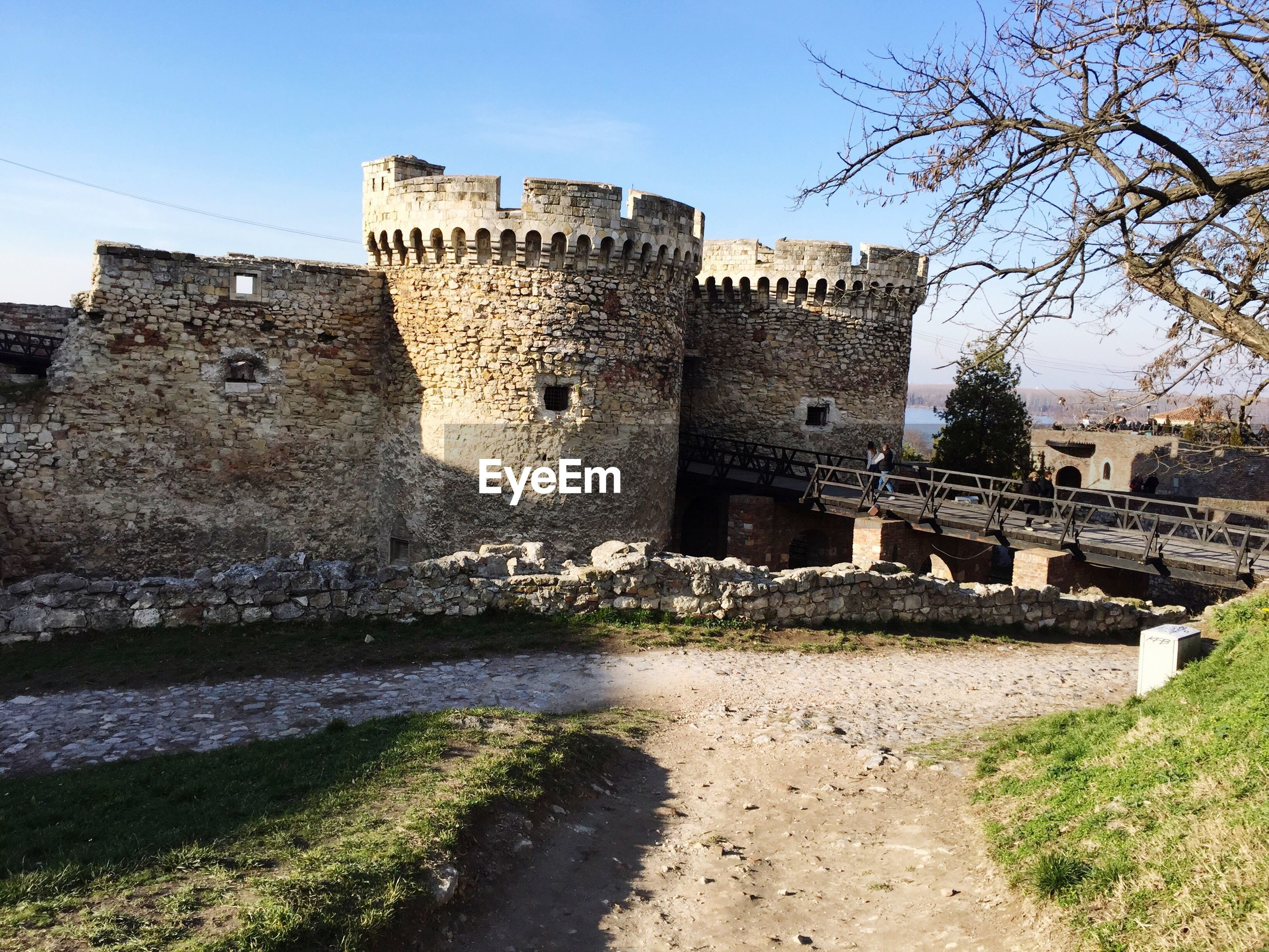 architecture, built structure, building exterior, history, old, old ruin, the past, clear sky, stone wall, ancient, castle, famous place, low angle view, travel destinations, ruined, ancient civilization, sky, damaged, day, abandoned
