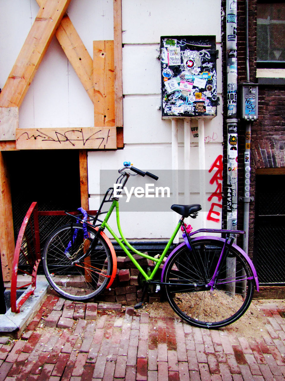 bicycle, stationary, built structure, transportation, architecture, mode of transport, land vehicle, building exterior, outdoors, day, no people, bicycle rack