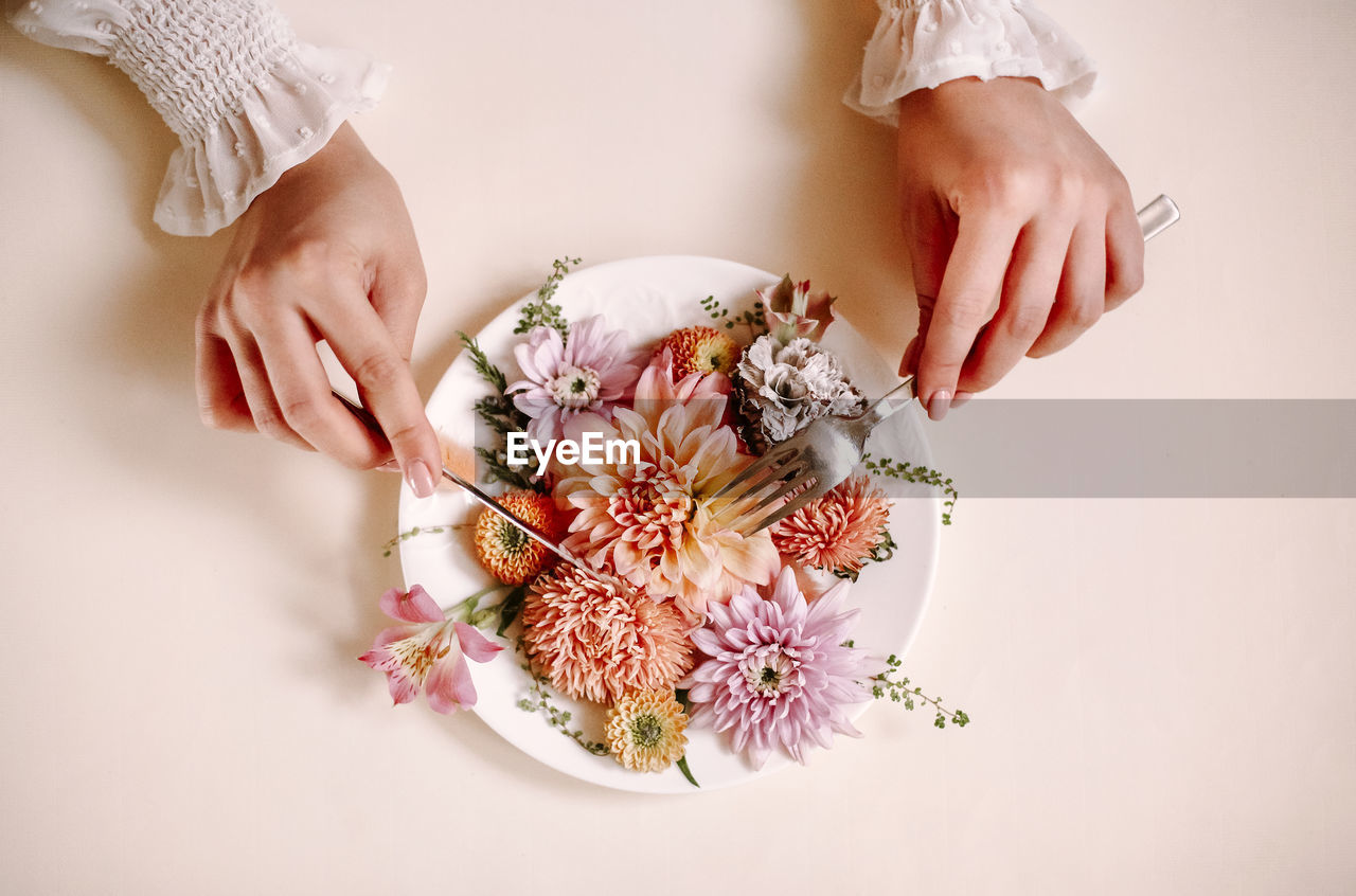 MIDSECTION OF WOMAN HOLDING BOUQUET OF FLOWER