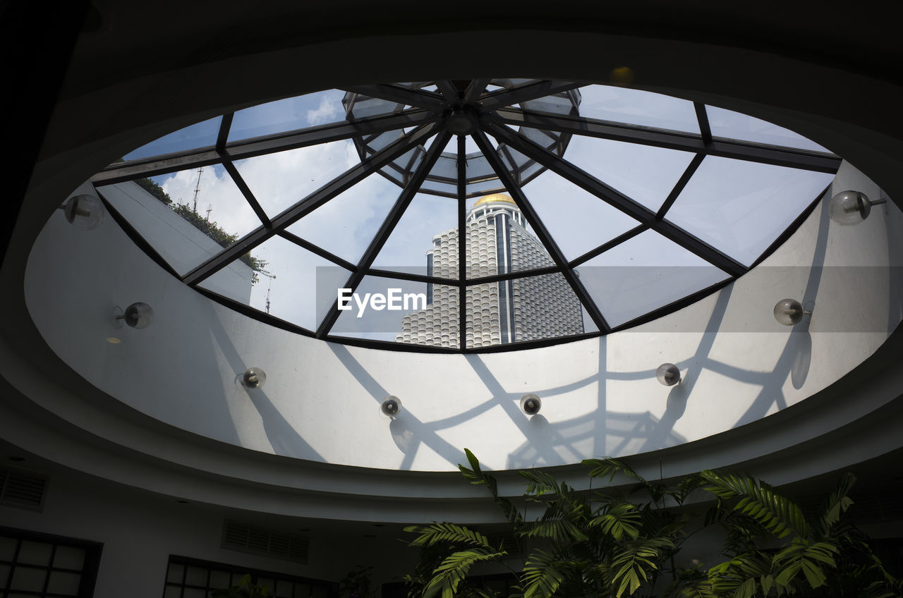low angle view, architecture, built structure, indoors, skylight, no people, modern, day, dome, architectural design, close-up