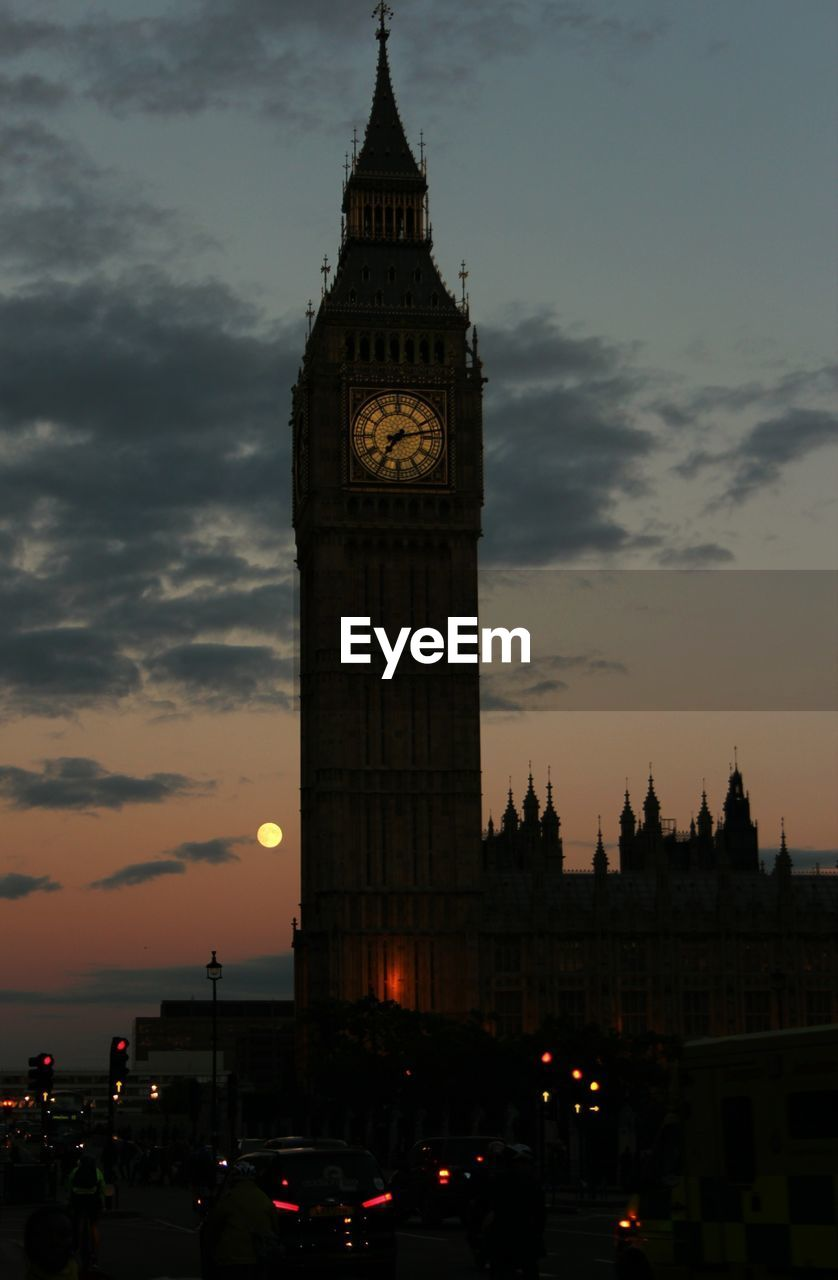 SILHOUETTE OF BIG BEN AGAINST SKY AT DUSK