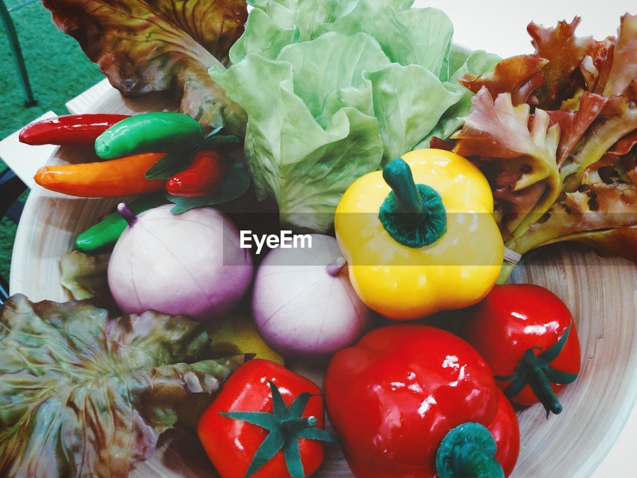 CLOSE-UP OF MULTI COLORED BELL PEPPERS IN PLATE