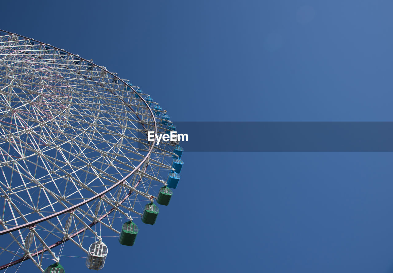 LOW ANGLE VIEW OF FERRIS WHEEL AGAINST CLEAR SKY