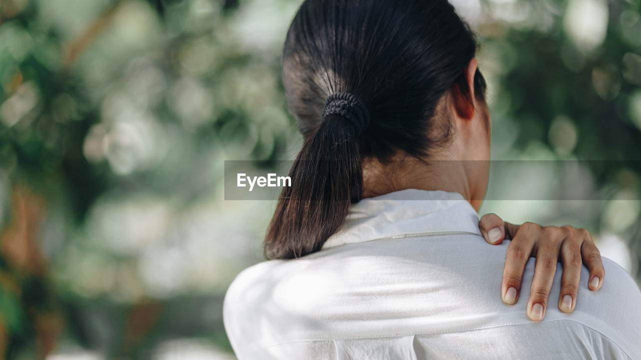 rear view, one person, real people, women, focus on foreground, adult, leisure activity, lifestyles, headshot, hair, day, portrait, hairstyle, casual clothing, females, black hair, waist up, close-up, human body part, human hair