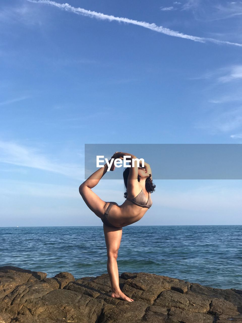 sea, sky, one person, water, horizon, young adult, lifestyles, horizon over water, young women, beauty in nature, full length, wellbeing, real people, leisure activity, standing, scenics - nature, nature, exercising, women