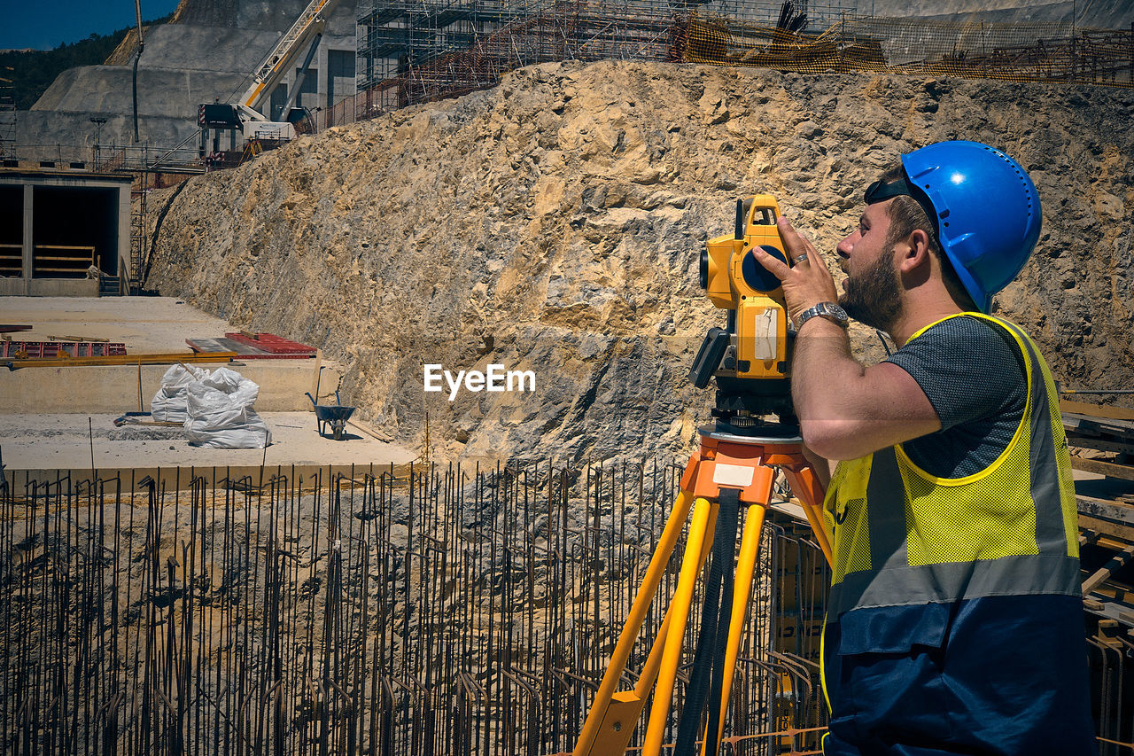 MAN WORKING IN CONSTRUCTION SITE