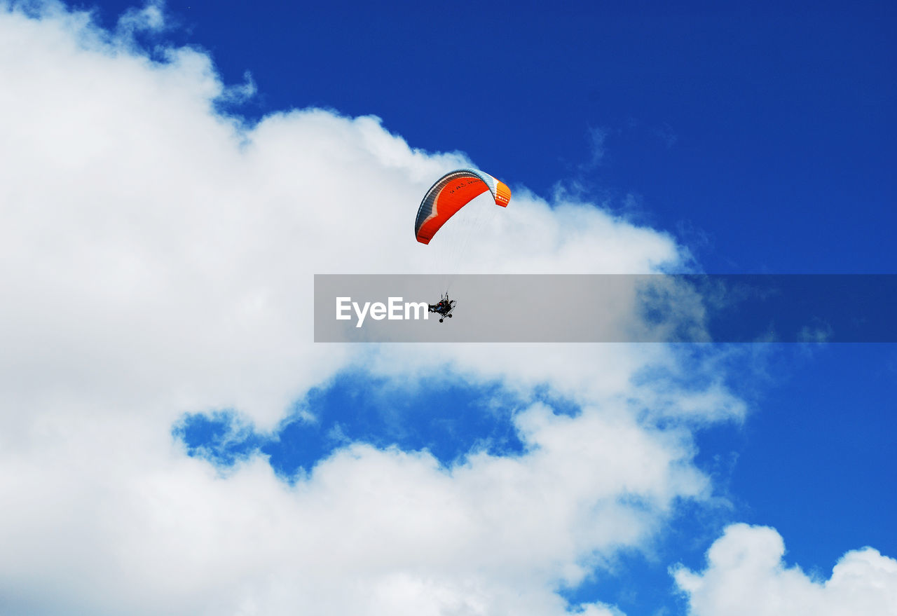 cloud - sky, sky, low angle view, mid-air, extreme sports, flying, sport, paragliding, adventure, parachute, day, one person, transportation, unrecognizable person, real people, nature, freedom, leisure activity, lifestyles, outdoors, skydiving, parasailing
