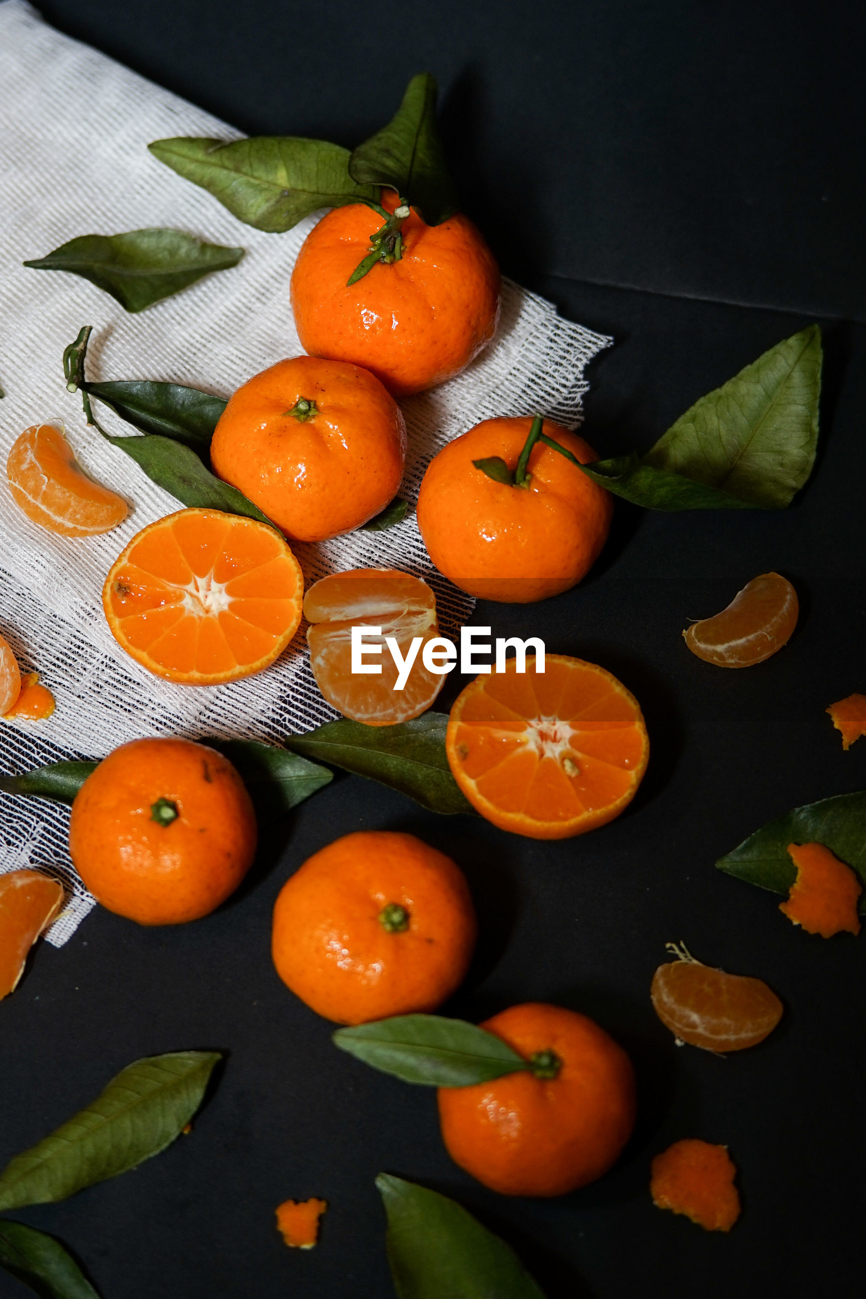 HIGH ANGLE VIEW OF ORANGE FRUITS IN PLATE