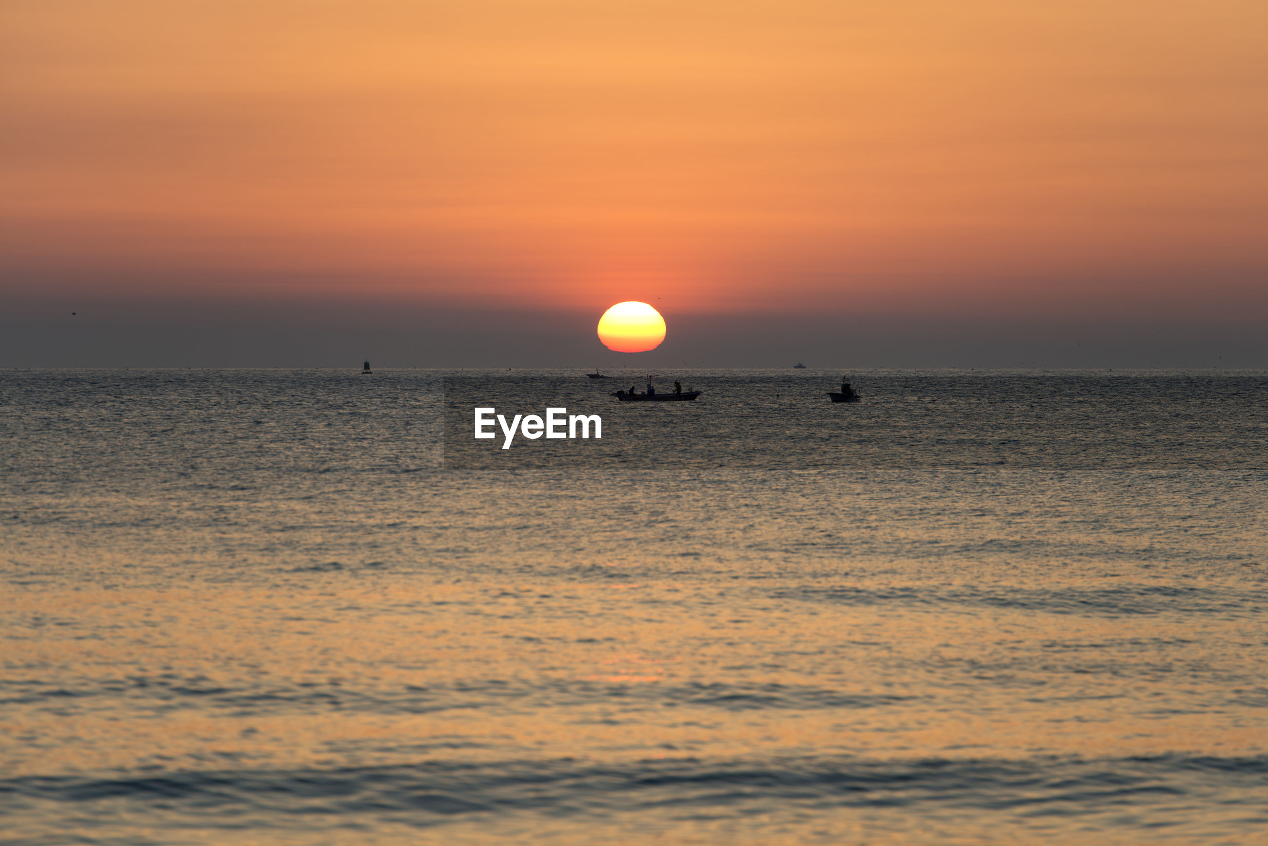 SCENIC VIEW OF SEA AGAINST SUNSET SKY
