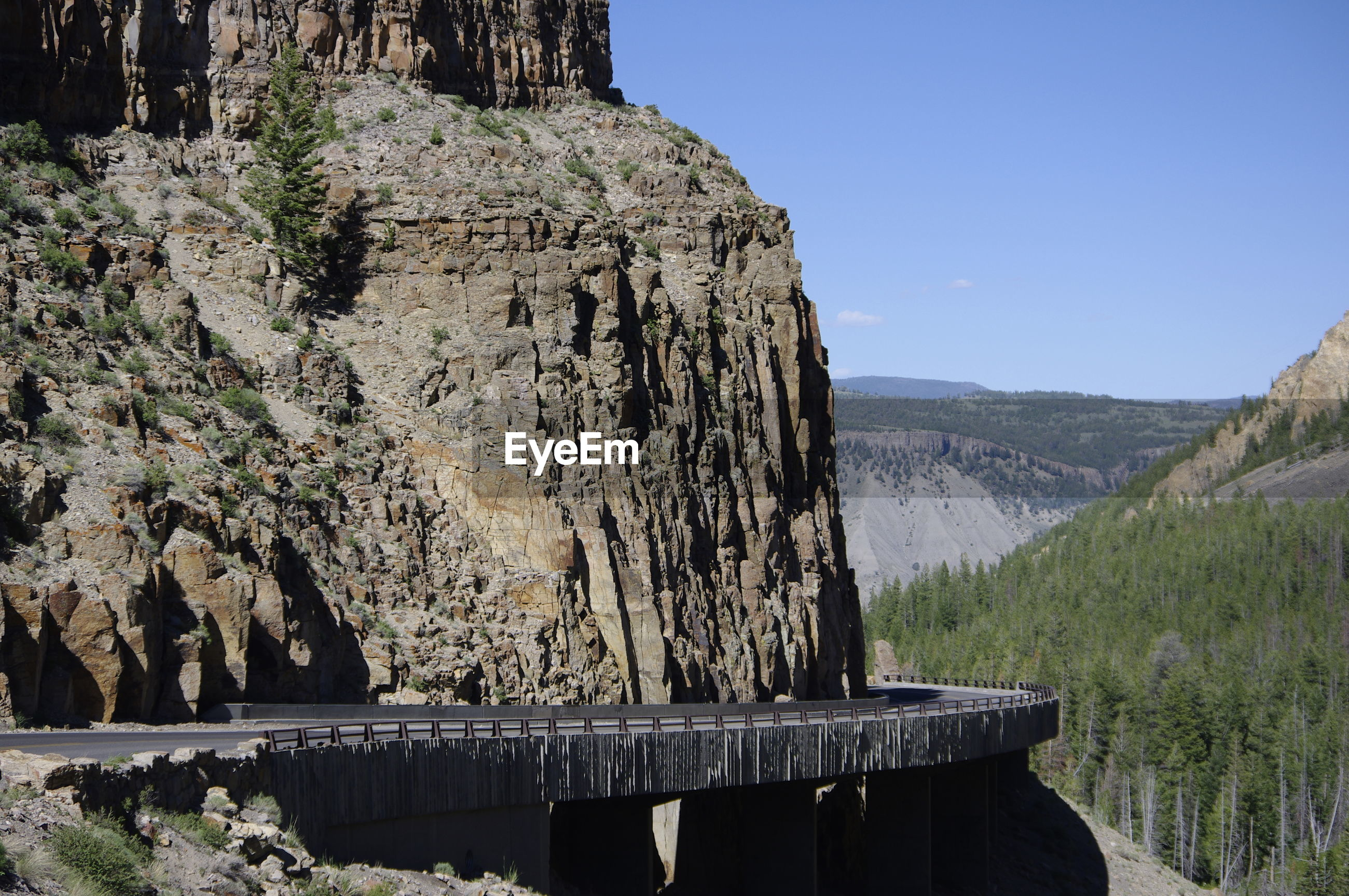 SCENIC VIEW OF ROCKY MOUNTAIN AGAINST CLEAR SKY