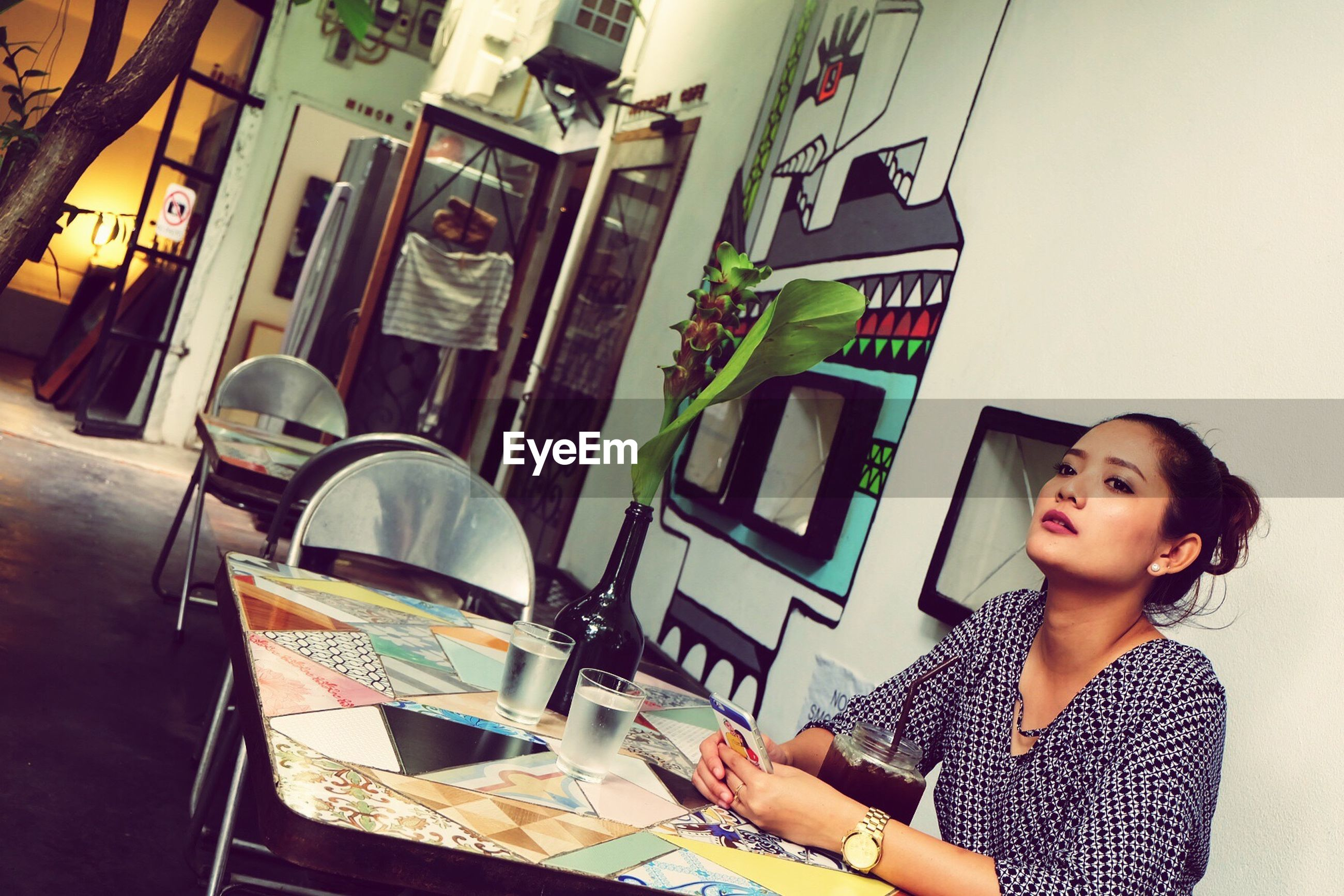 lifestyles, casual clothing, leisure activity, portrait, desk, domestic room