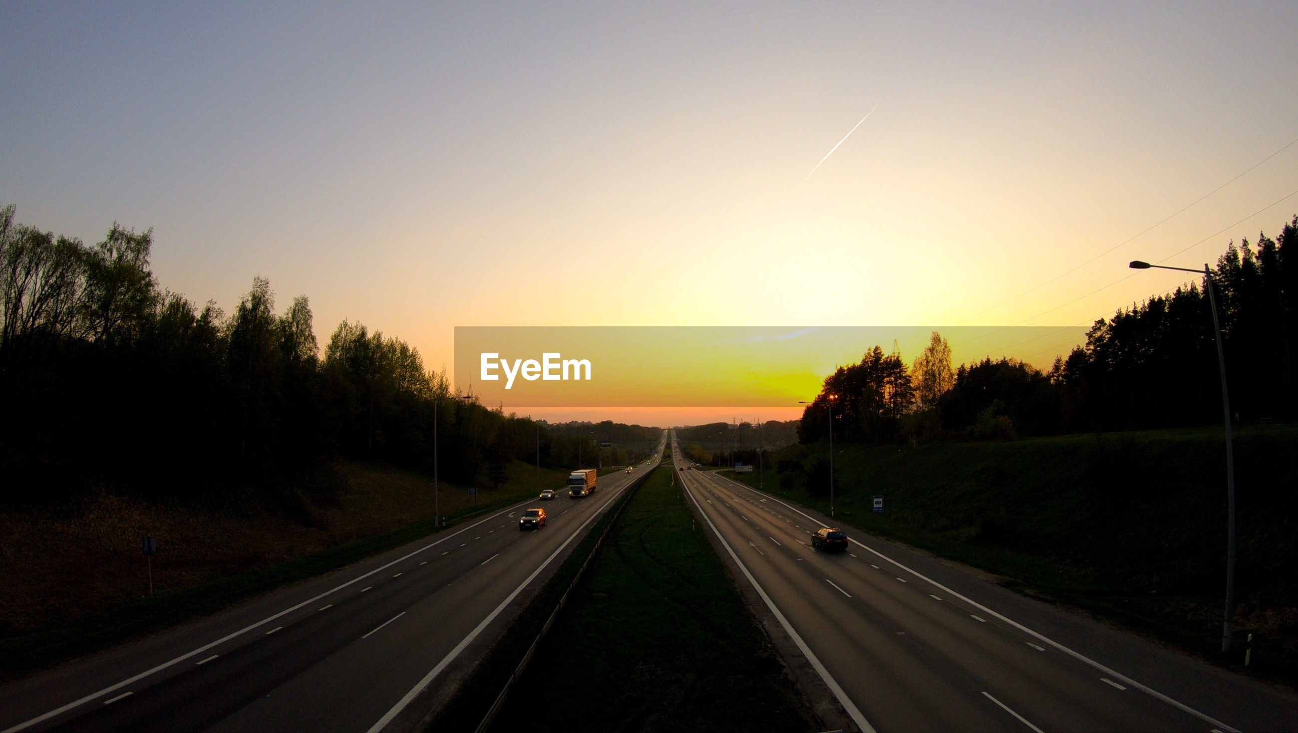 Diminishing perspective of road against sky during sunset
