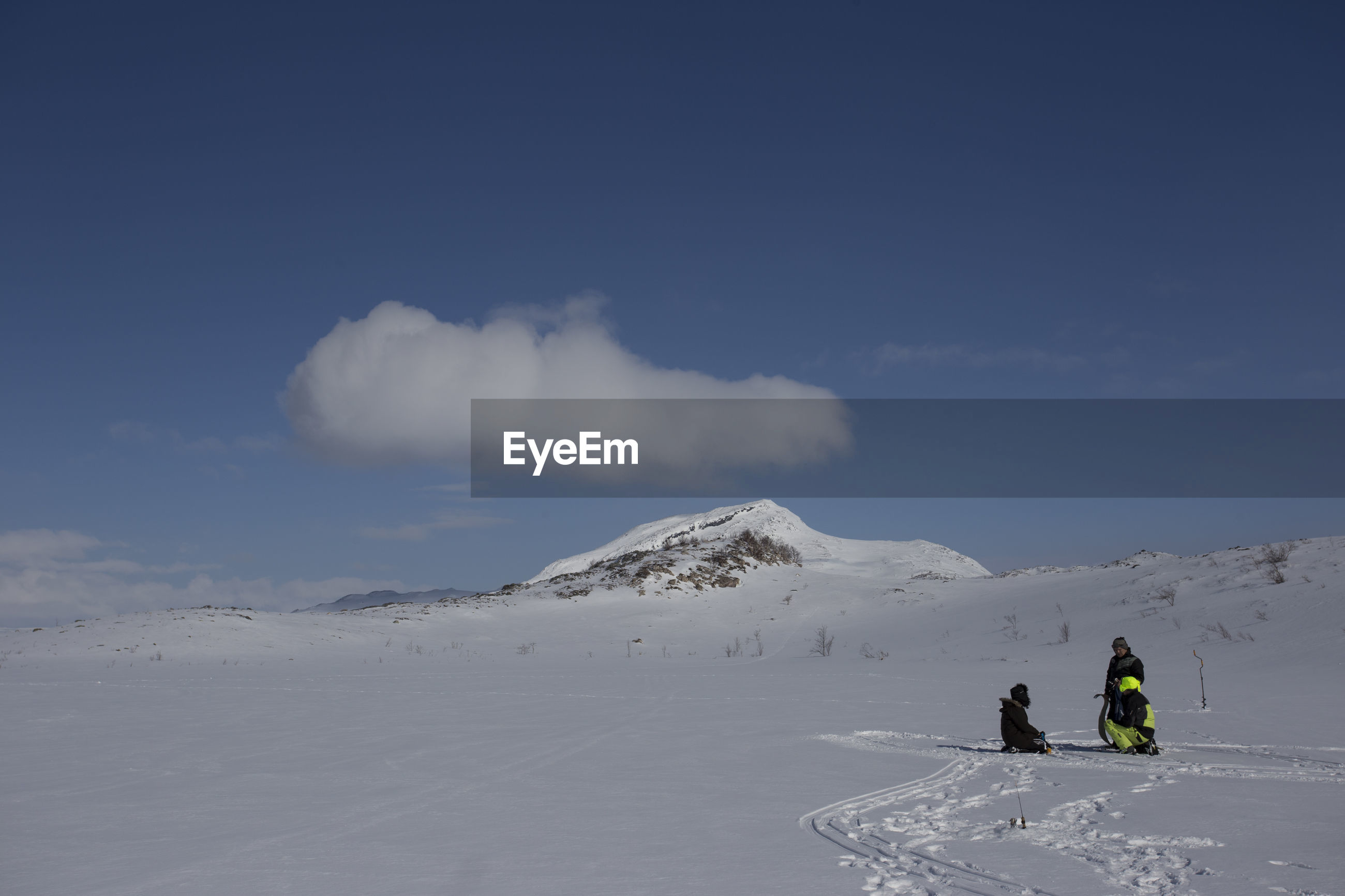 MAN SKIING ON SNOWY MOUNTAIN AGAINST SKY