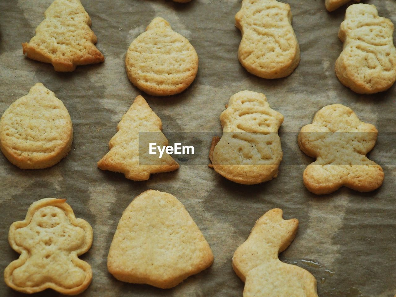 cookie, baked, food, food and drink, sweet food, freshness, still life, indulgence, high angle view, indoors, temptation, large group of objects, no people, sweet, christmas, dessert, close-up, shape, unhealthy eating, ready-to-eat, gingerbread cookie, baking sheet, tray
