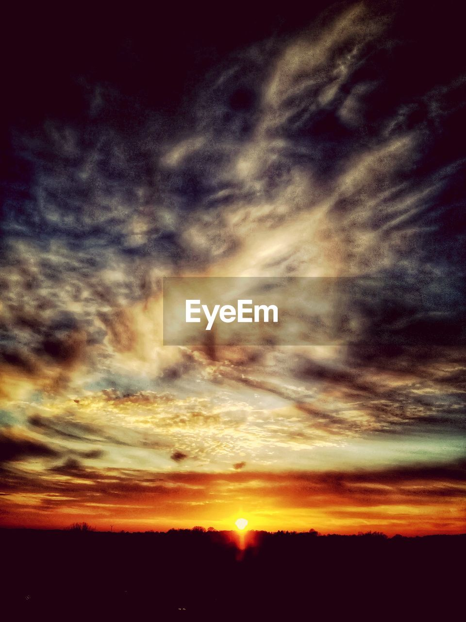 sunset, scenics, sky, beauty in nature, nature, dramatic sky, tranquil scene, cloud - sky, majestic, silhouette, cloudscape, tranquility, idyllic, orange color, atmospheric mood, sky only, awe, no people, sun, low angle view, outdoors, day