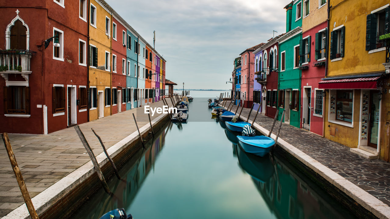 building exterior, architecture, built structure, transportation, nautical vessel, mode of transport, water, moored, day, canal, outdoors, sky, no people