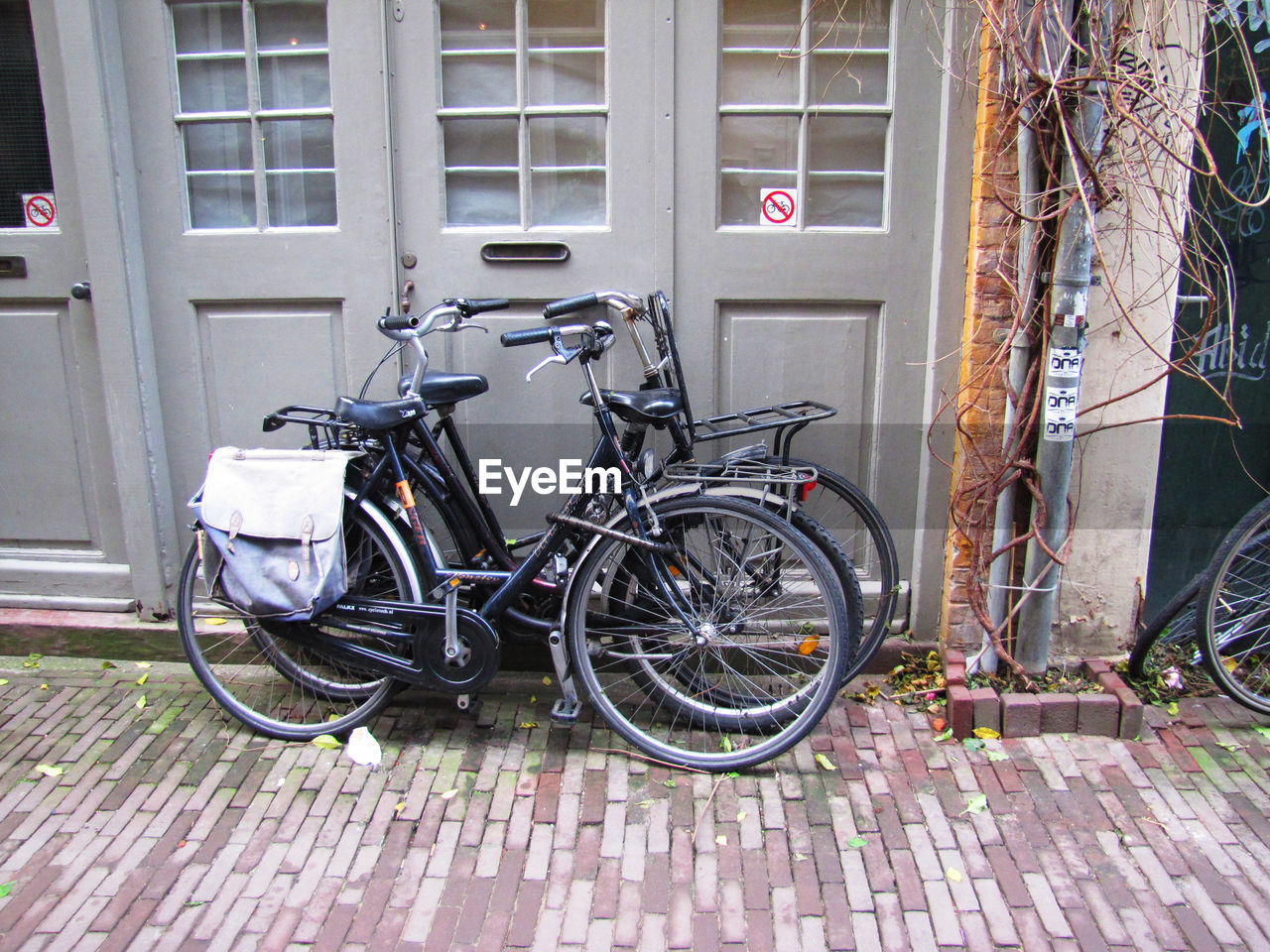 bicycle, stationary, transportation, land vehicle, mode of transport, parking, day, no people, outdoors, architecture, building exterior, bicycle rack