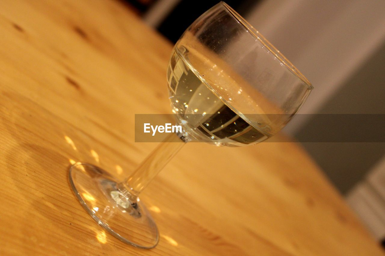 HIGH ANGLE VIEW OF GLASS OF WINE ON TABLE
