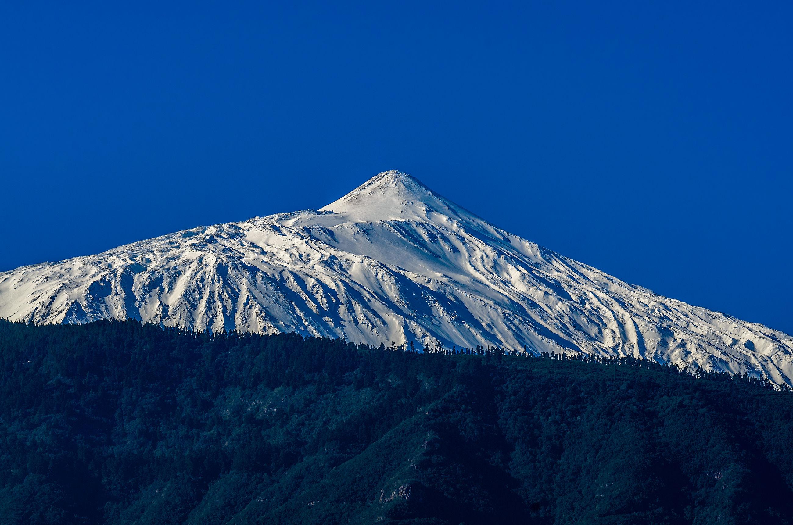 SNOWCAPPED MOUNTAIN RANGE AGAINST BLUE SKY