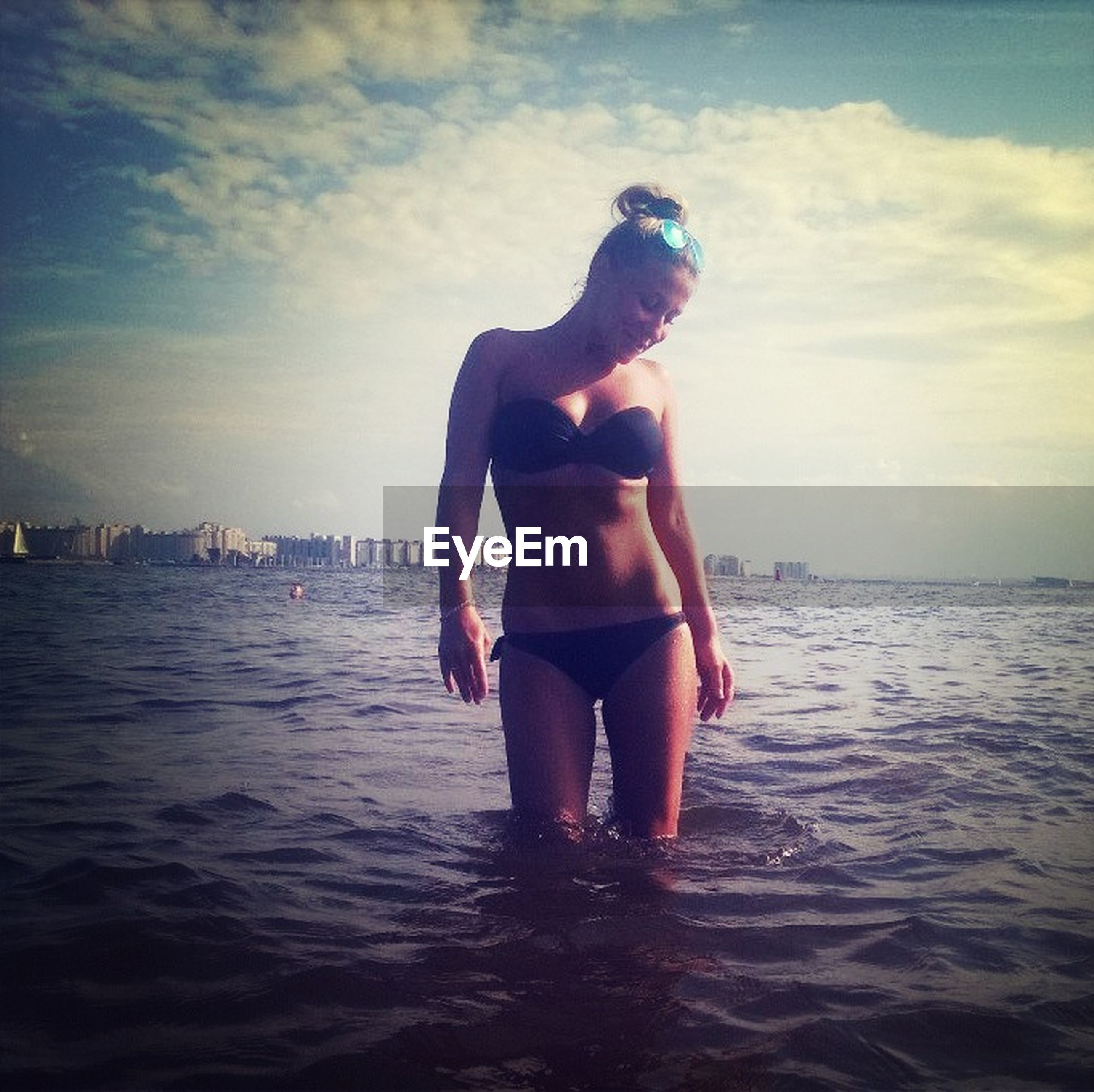 sea, water, sky, beach, horizon over water, full length, lifestyles, leisure activity, young adult, waterfront, cloud - sky, vacations, shore, standing, young women, nature, sunlight, one animal