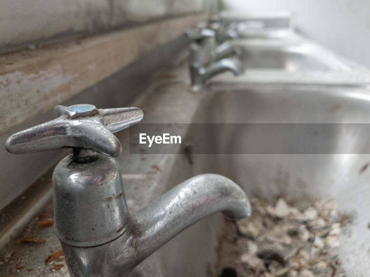 CLOSE-UP OF WATER FAUCET IN BATHROOM