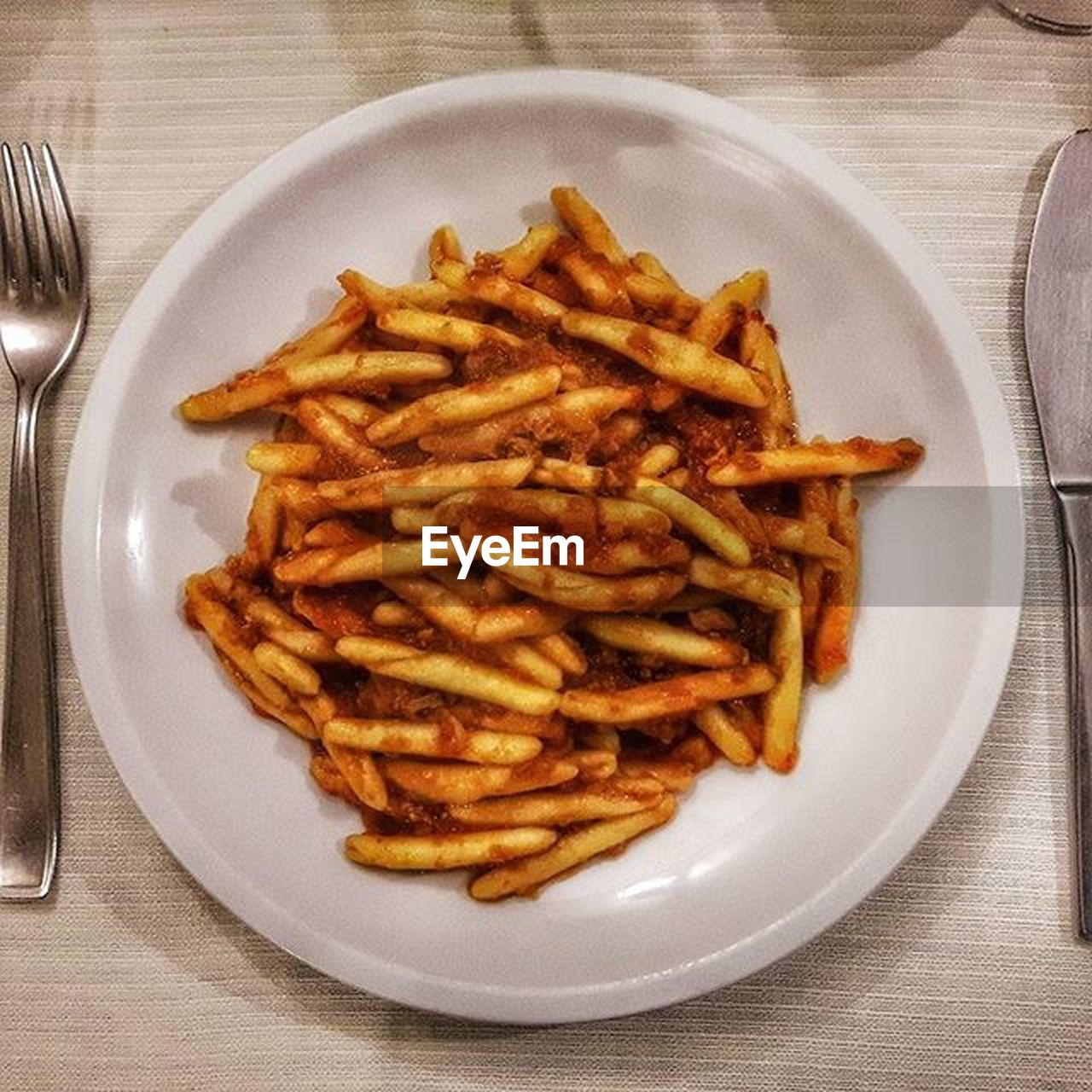 plate, food and drink, food, freshness, still life, table, french fries, indoors, ready-to-eat, unhealthy eating, no people, indulgence, serving size, close-up, directly above, deep fried, fast food, day