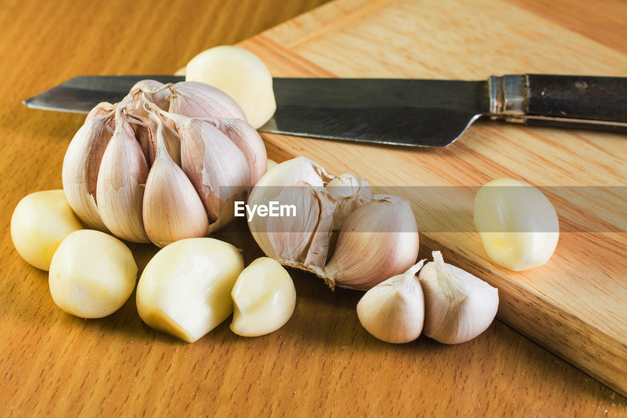 freshness, food and drink, food, garlic, ingredient, table, spice, cutting board, close-up, still life, raw food, wood - material, wellbeing, healthy eating, indoors, vegetable, garlic bulb, no people, preparation, garlic clove, chopped, tray, japanese food