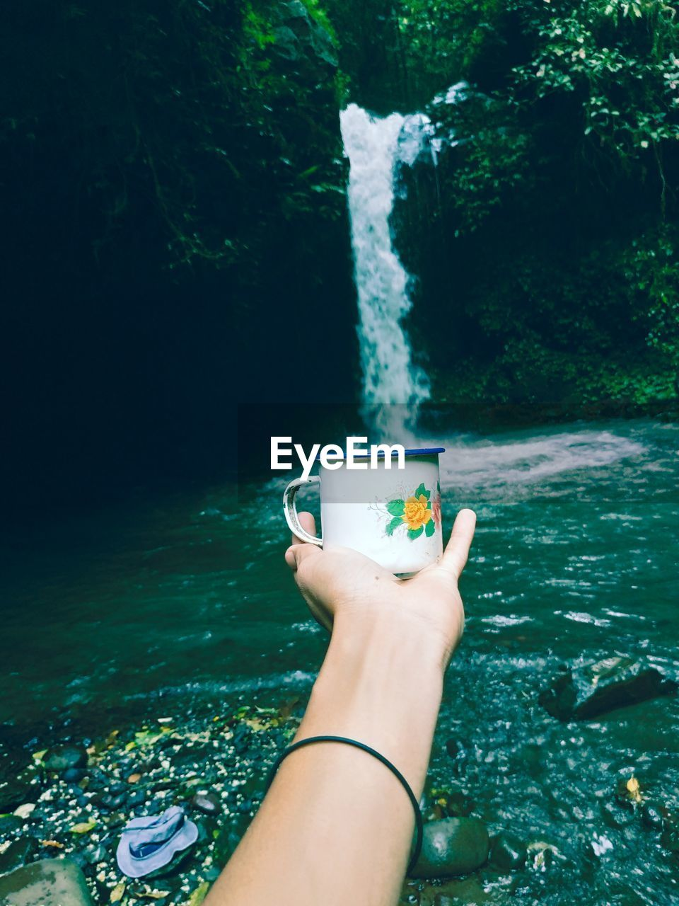 human hand, hand, water, one person, human body part, nature, holding, day, real people, lifestyles, personal perspective, refreshment, leisure activity, sea, unrecognizable person, drink, plant, food and drink, outdoors, glass, finger
