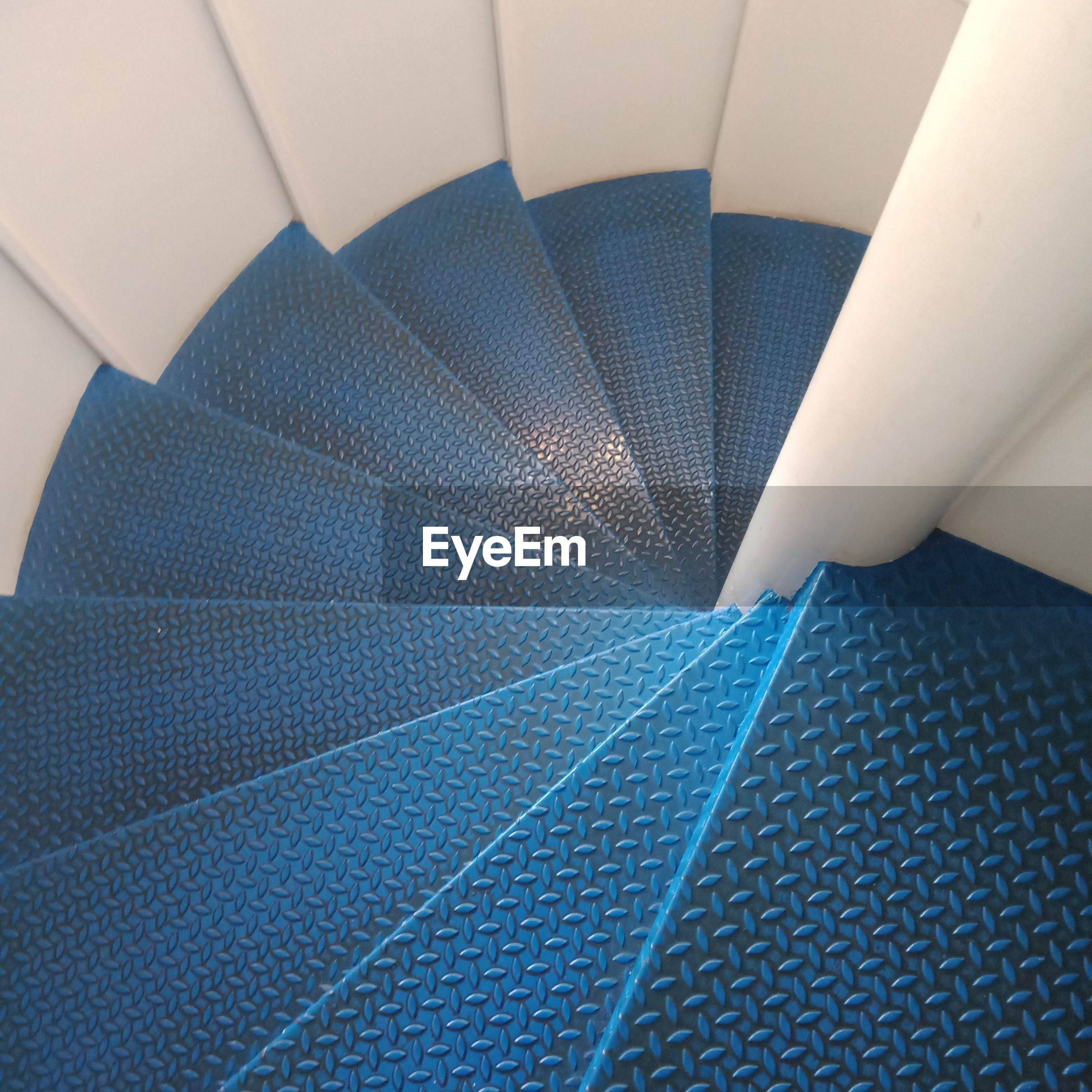 HIGH ANGLE VIEW OF MODERN STAIRCASE