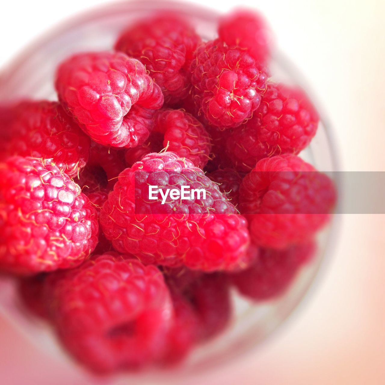 fruit, healthy eating, food and drink, food, berry fruit, red, wellbeing, close-up, freshness, raspberry, still life, bowl, no people, indoors, selective focus, plate, juicy, large group of objects, group of objects, ready-to-eat, ripe, temptation