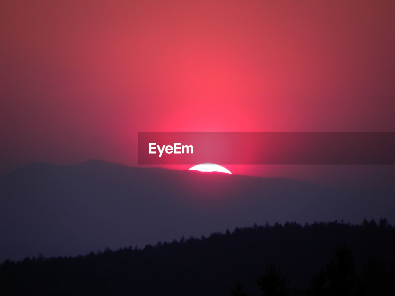 SCENIC VIEW OF LANDSCAPE AT SUNSET