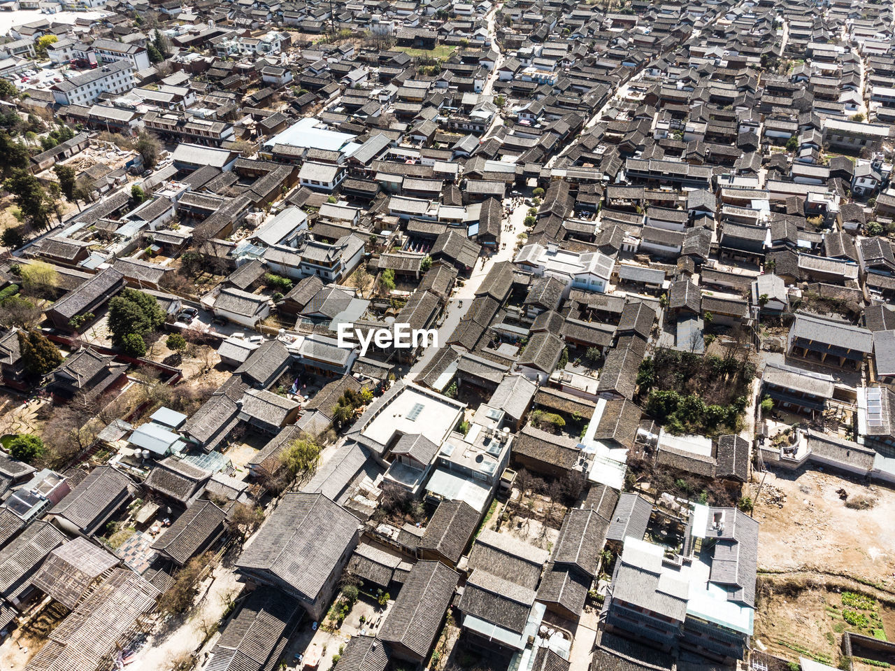 HIGH ANGLE VIEW OF TOWNSCAPE AGAINST CITYSCAPE