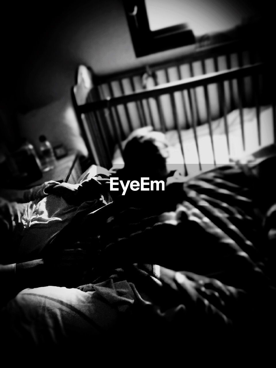 bed, indoors, real people, bedroom, home interior, domestic life, relaxation, lifestyles, two people, men, day, human hand, people