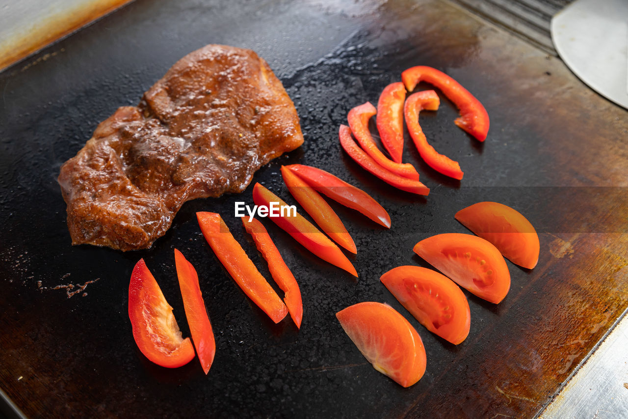 HIGH ANGLE VIEW OF CHOPPED MEAT ON PLATE