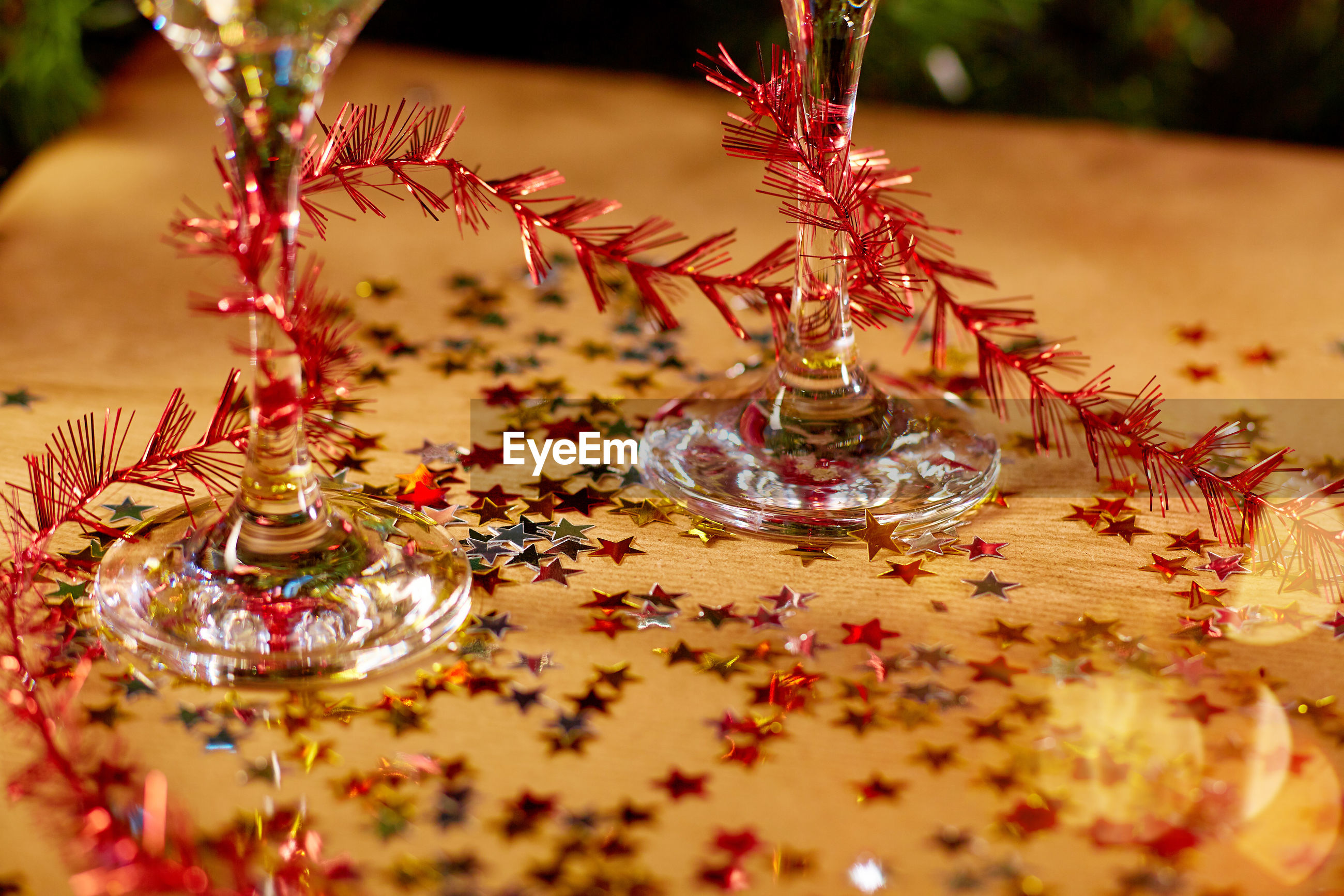CLOSE-UP OF CHRISTMAS ORNAMENT ON TABLE